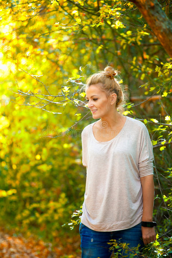 Kvinnastående i skogen arkivbilder