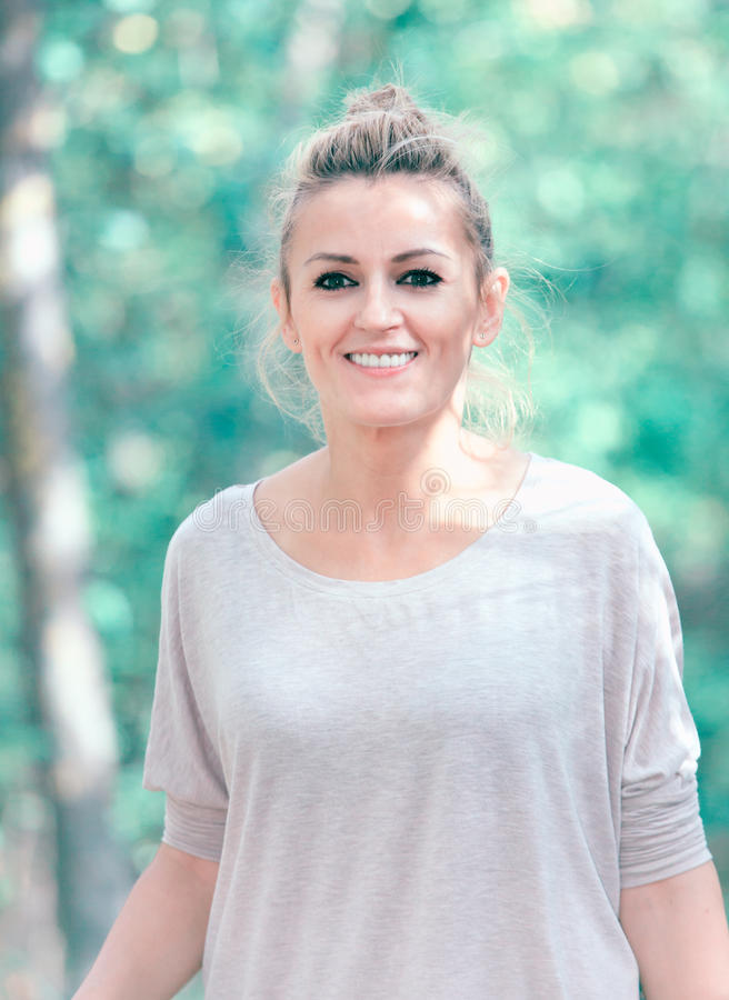Kvinnastående i skogen royaltyfria foton