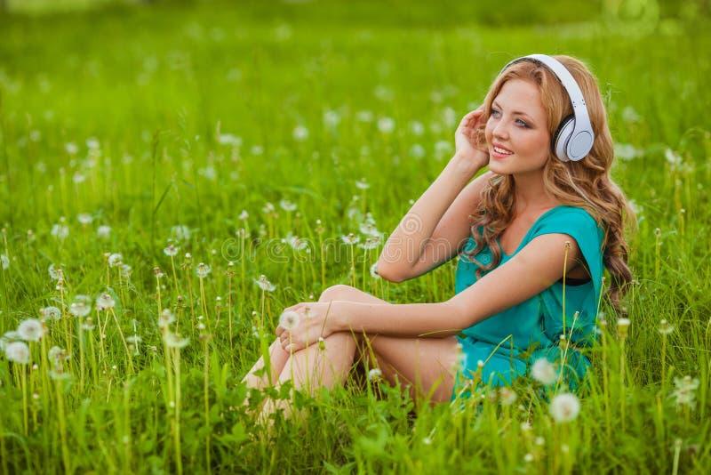 Kvinnastående med hörlurar arkivbilder