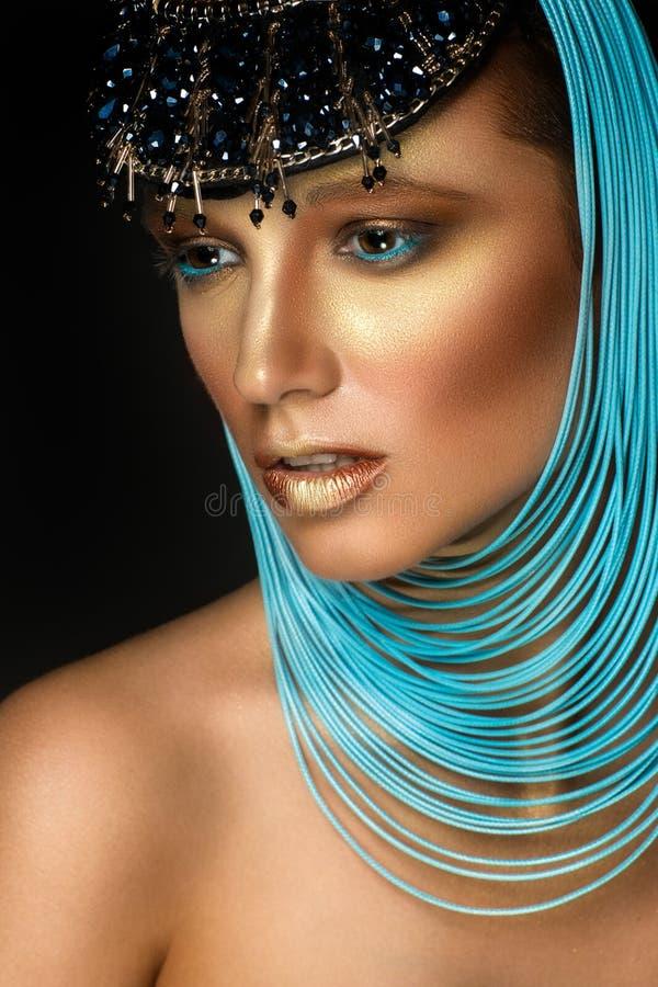 Kvinnastående med smycken i egyptisk stil arkivfoto