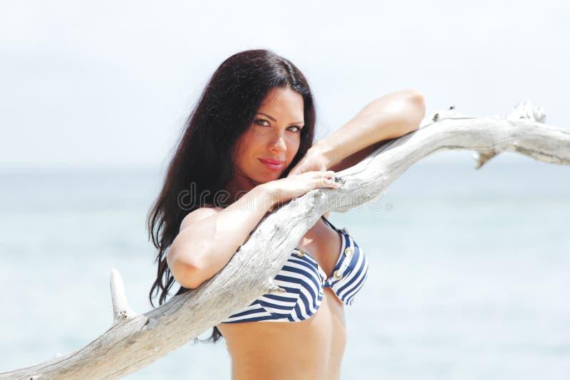 Kvinnastående på strand royaltyfri bild