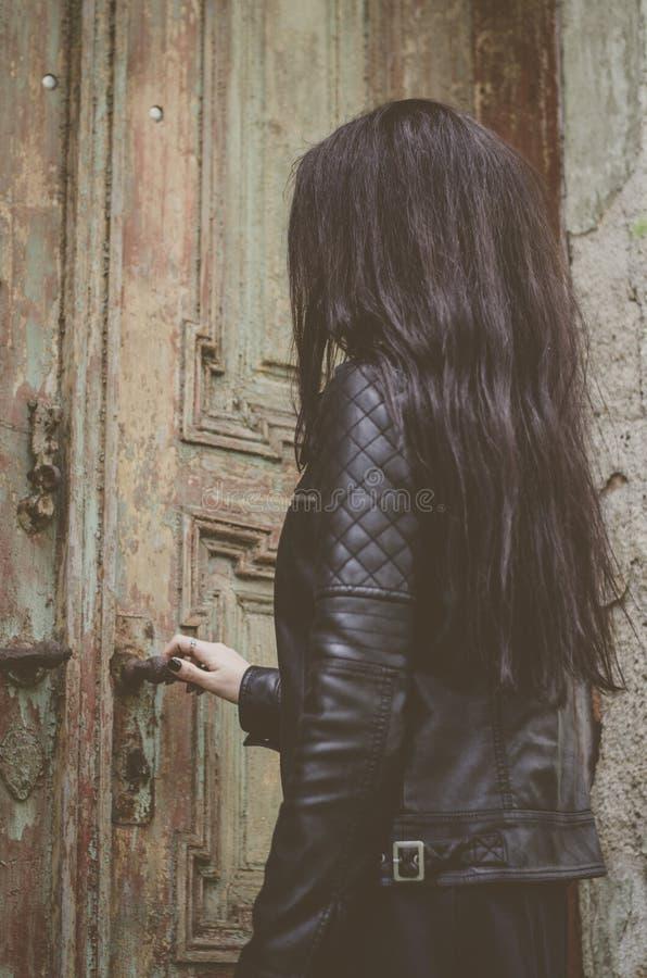 Kvinnastående, svart hår, stil gammalt hus arkivfoton