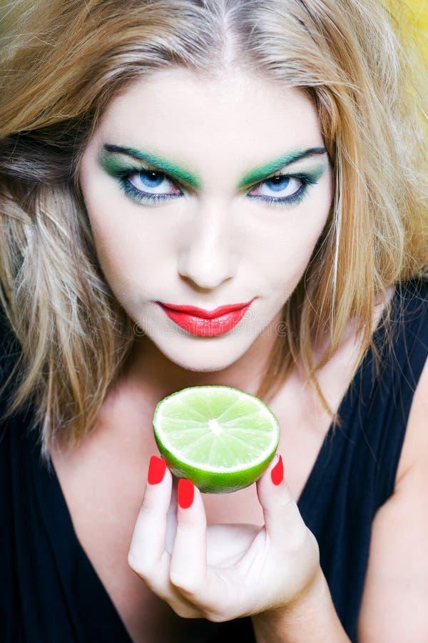 Kvinnaståendeshow en citrusfrukt fotografering för bildbyråer