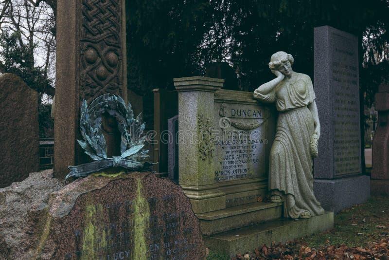 Kvinnastatybenägenhet på gravvalvet i dekankyrkogården, Edinburg arkivfoton
