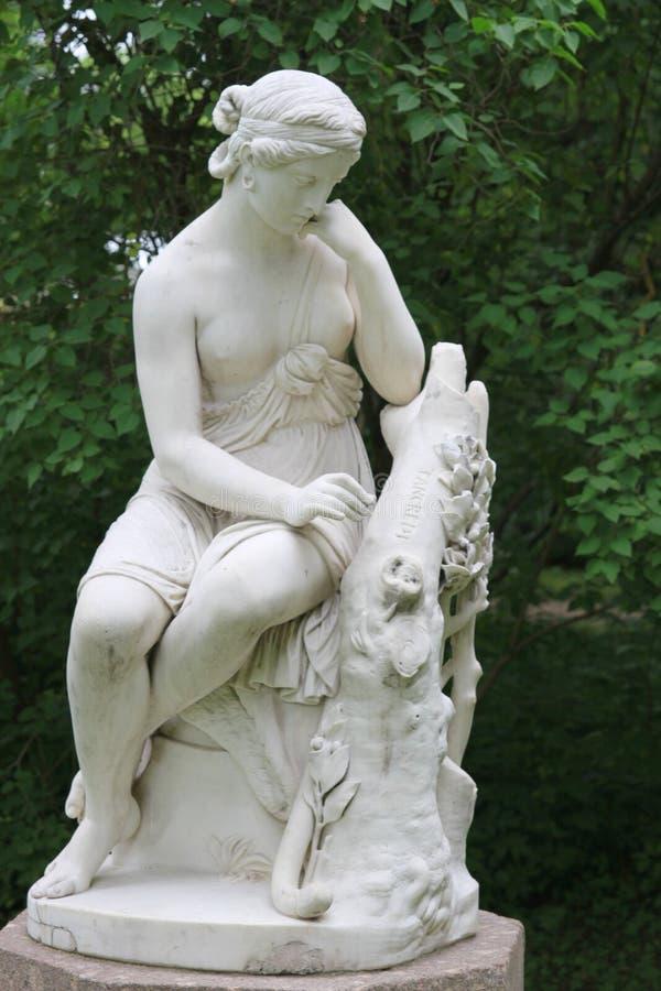 Kvinnastatyn i parkera arkivbild