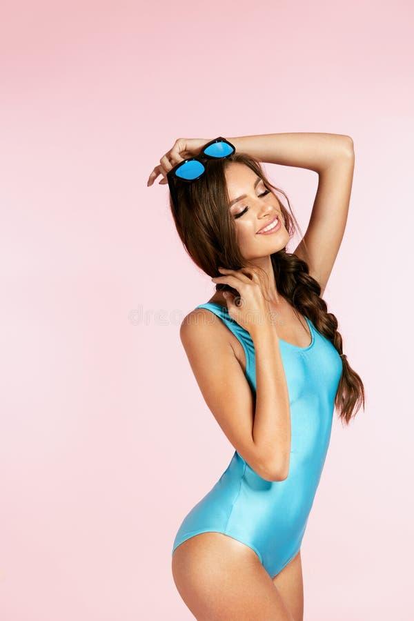 Kvinnastil Lycklig kvinna i solglasögon och baddräkt royaltyfri bild