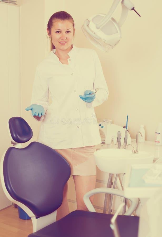 Kvinnastomatoligisten möter den nästa klienten royaltyfri bild