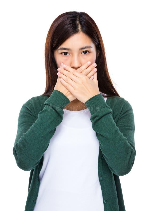 Kvinnastoppet som talar med handen, täcker hennes mun arkivfoton
