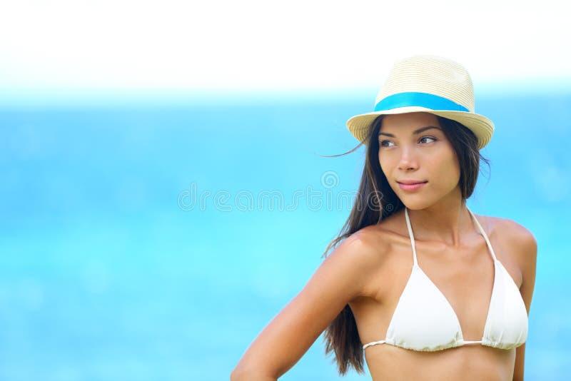 Kvinnastrandstående som ser till sidan fotografering för bildbyråer