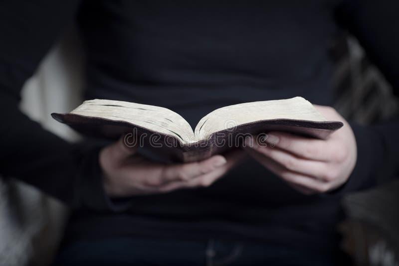 Kvinnastudie bibeln royaltyfria foton
