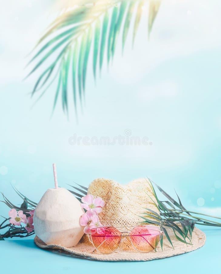 Kvinnasugrörhatt med solglasögon, palmblad och kokosnötdrinkar på bakgrund för blå himmel med att hänga tropiska sidor Feriestran royaltyfri bild