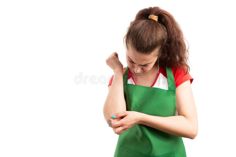 Kvinnasupermarket eller armbågen för detaljhandelarbetarlidande smärtar royaltyfria bilder