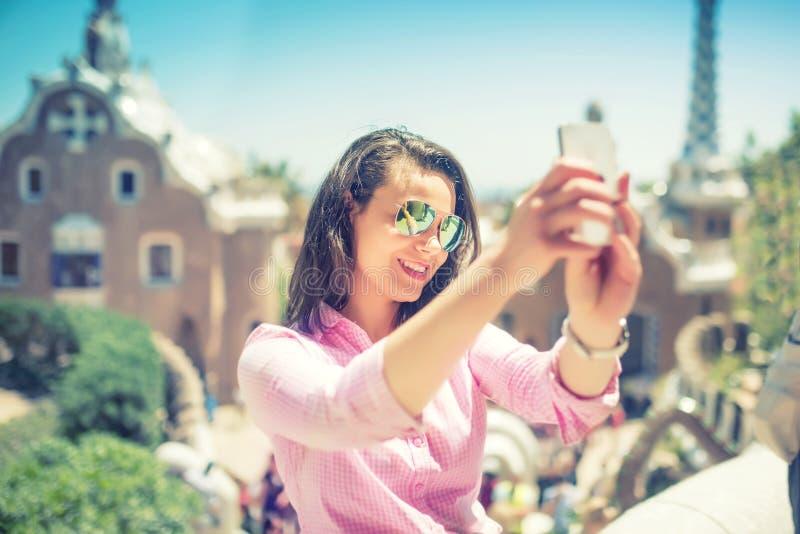 Kvinnatakinselfie med den smarta telefonen, mobiltelefon fotografering för bildbyråer