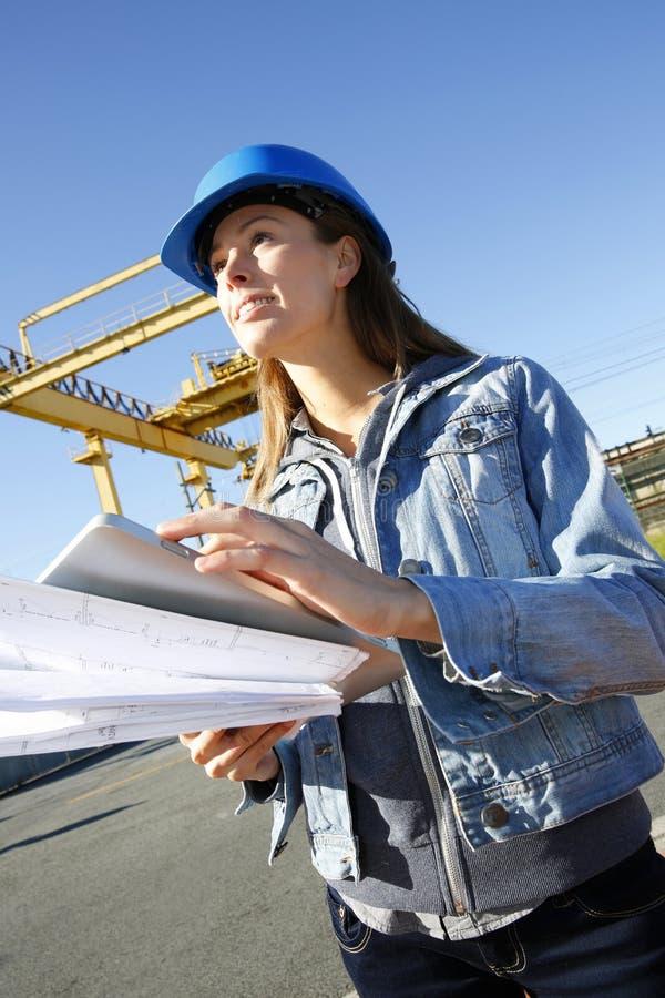 Kvinnatekniker på byggnadsplats royaltyfri foto