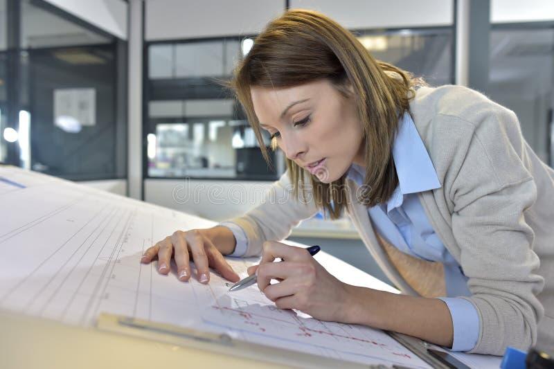 Kvinnatekniker på kontorsarbetet royaltyfri bild