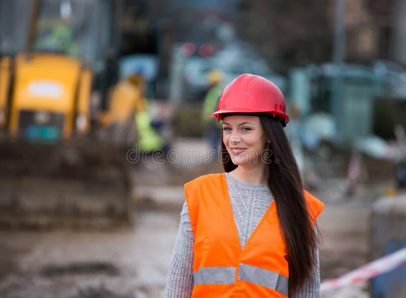 Kvinnatekniker p? konstruktionsplatsen royaltyfria foton
