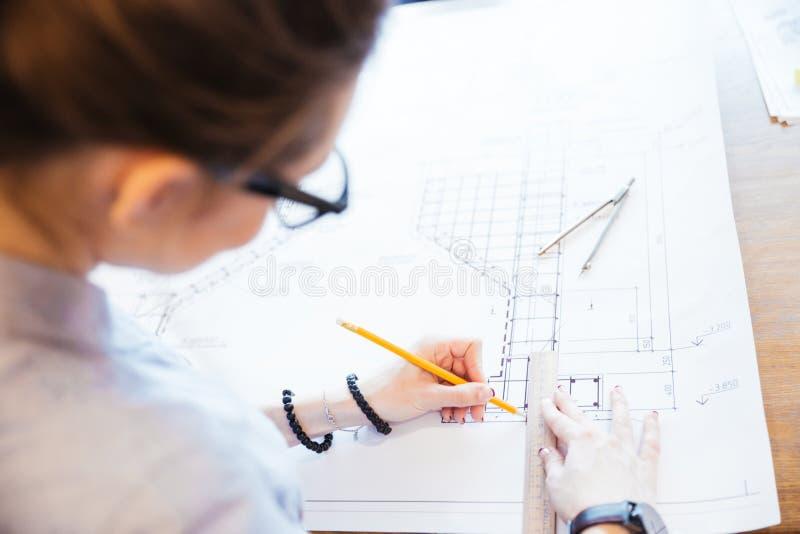 Kvinnatekniker som arbetar på ritning royaltyfria foton
