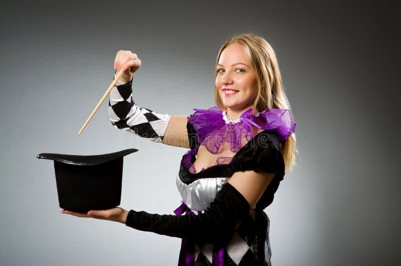 Kvinnatrollkarl som gör henne trick royaltyfri bild