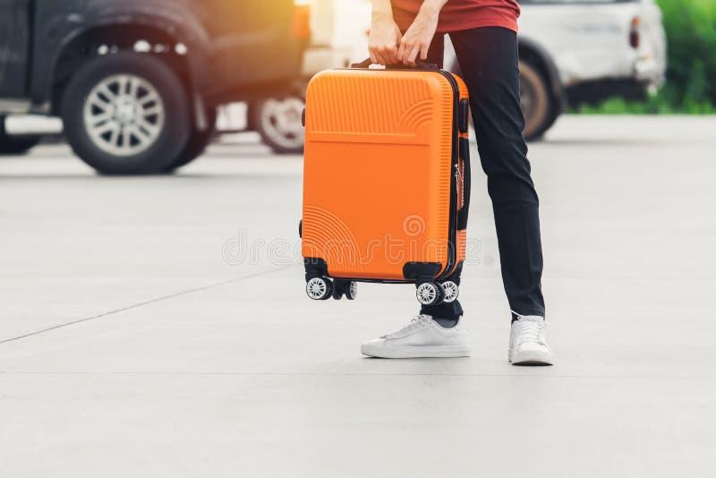Kvinnaturist med den orange resväskan på stationsbakgrund lopp turist, semesterbegrepp royaltyfria foton