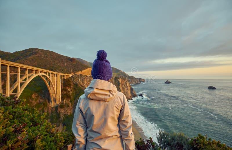 Kvinnaturist nära den Bixby liten vikbron i Kalifornien royaltyfri bild