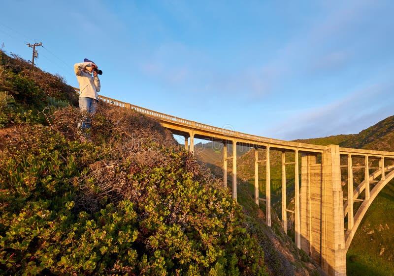 Kvinnaturist nära den Bixby liten vikbron i Kalifornien royaltyfri fotografi