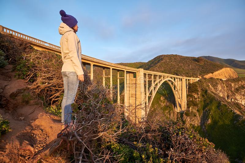 Kvinnaturist nära den Bixby liten vikbron i Kalifornien arkivbilder