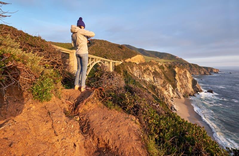 Kvinnaturist nära den Bixby liten vikbron i Kalifornien royaltyfri foto