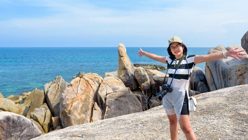 Kvinnaturist på den Hin Ta Hin Yai synvinkeln arkivbilder