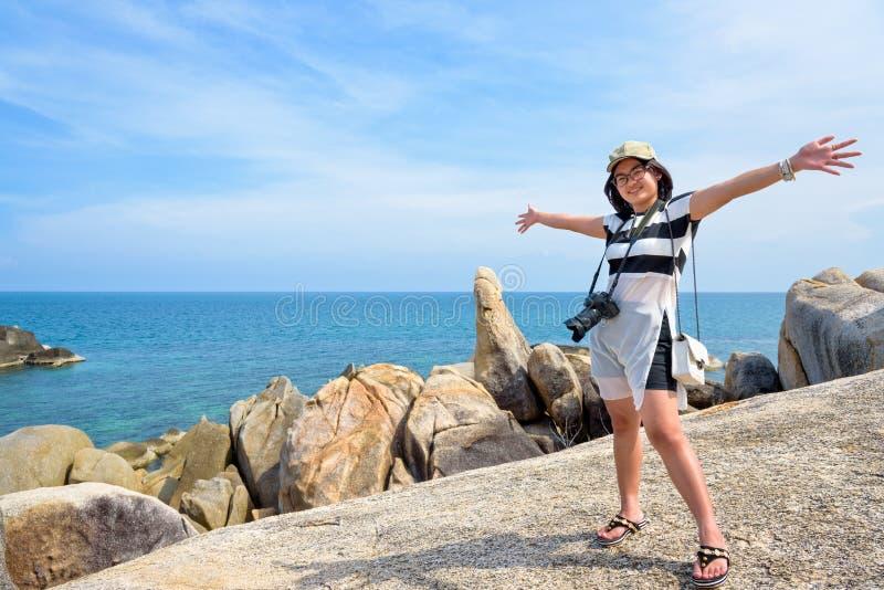 Kvinnaturist på den Hin Ta Hin Yai synvinkeln arkivbild