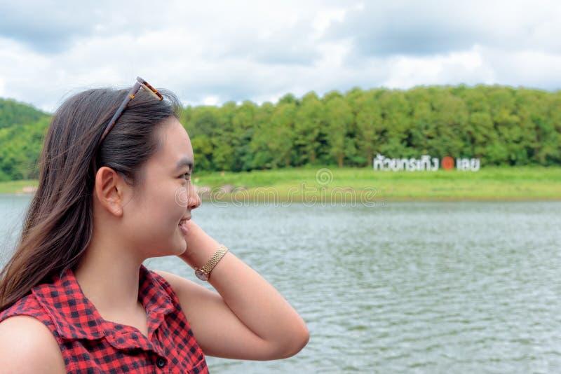 Kvinnaturist på Huai Krathing Reservoir arkivfoton