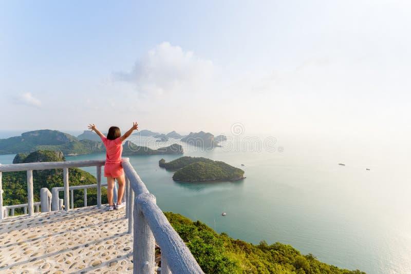 Kvinnaturist på maximal synvinkel av ön arkivfoton
