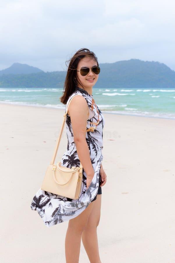 Kvinnaturist på stranden i Thailand royaltyfria foton