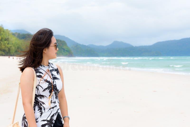 Kvinnaturist på stranden i Thailand royaltyfria bilder