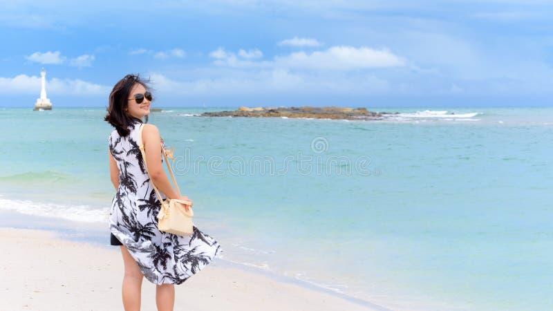 Kvinnaturist på stranden i Thailand arkivbild