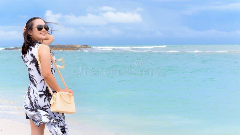 Kvinnaturist på stranden i Thailand royaltyfri foto
