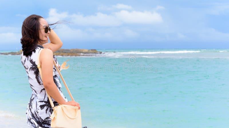 Kvinnaturist på stranden i Thailand royaltyfri fotografi