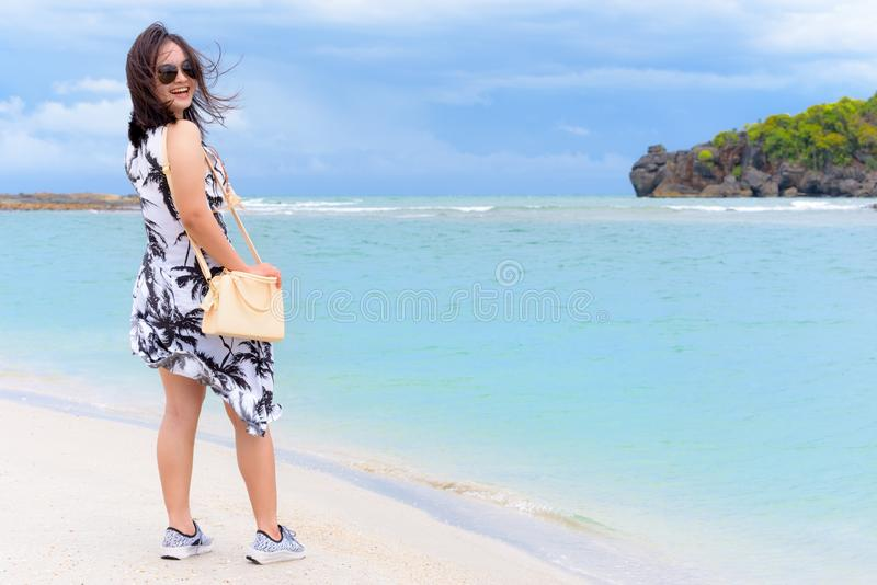 Kvinnaturist på stranden i Thailand arkivbilder