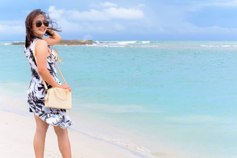 Kvinnaturist på stranden i Thailand fotografering för bildbyråer