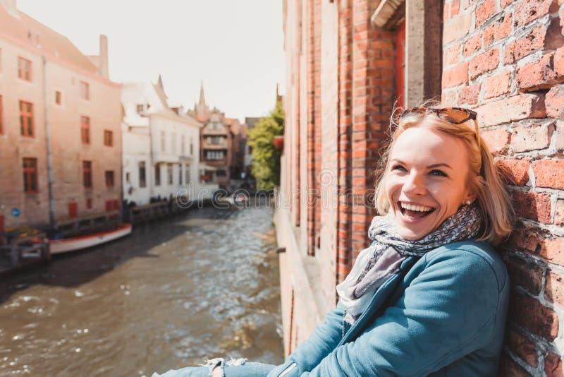 Kvinnaturist som går i Bruges, Belgien royaltyfria bilder