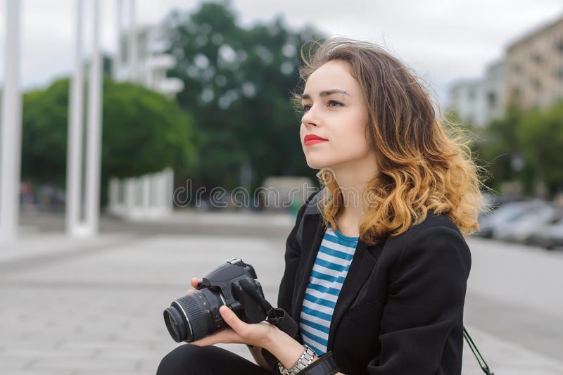 Kvinnaturist som hänsynsfullt bort ser arkivbilder