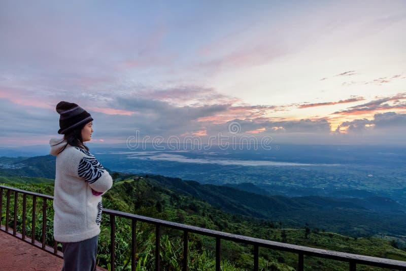 Kvinnaturist som håller ögonen på soluppgången fotografering för bildbyråer