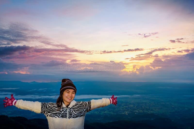 Kvinnaturist som håller ögonen på soluppgången royaltyfri foto