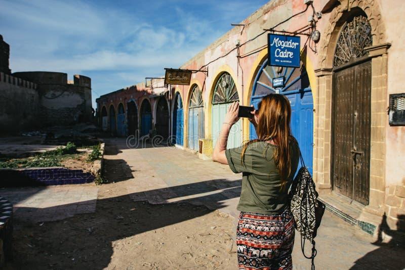 Kvinnaturist som tar fotografier i Essaouira royaltyfria bilder