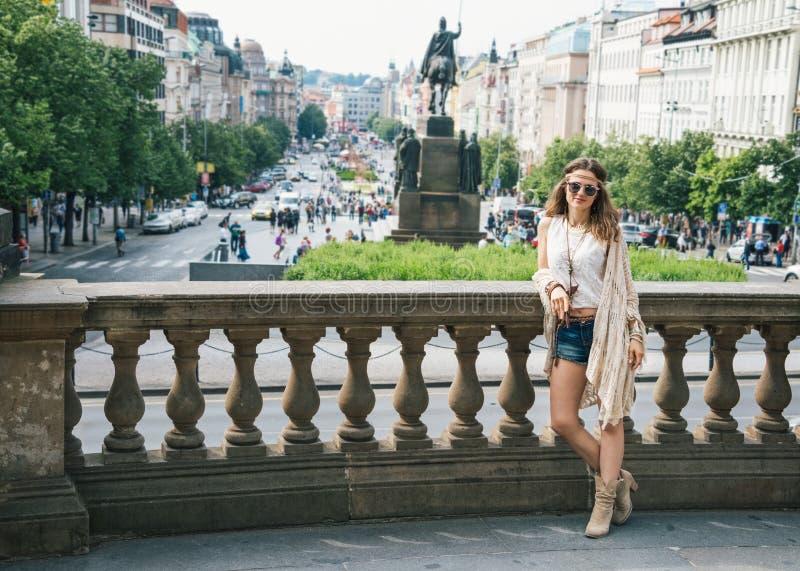 Kvinnaturisten i bohostil beklär anseende på Wenceslas Square royaltyfri foto