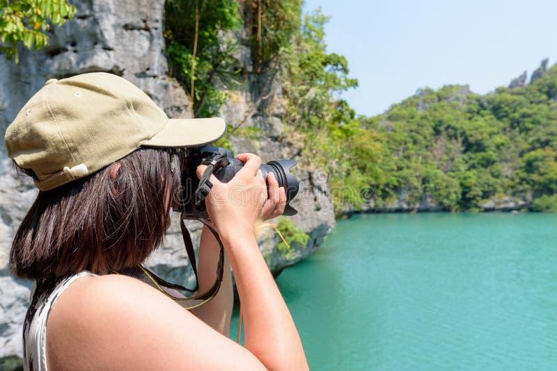 Kvinnaturisten på Thale Nai som tar foto, slösar lagun arkivfoto