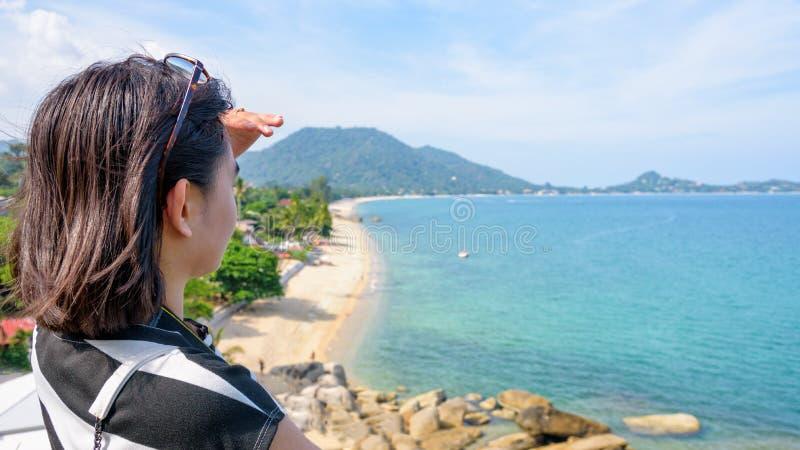 Kvinnaturisten ser havet arkivbild