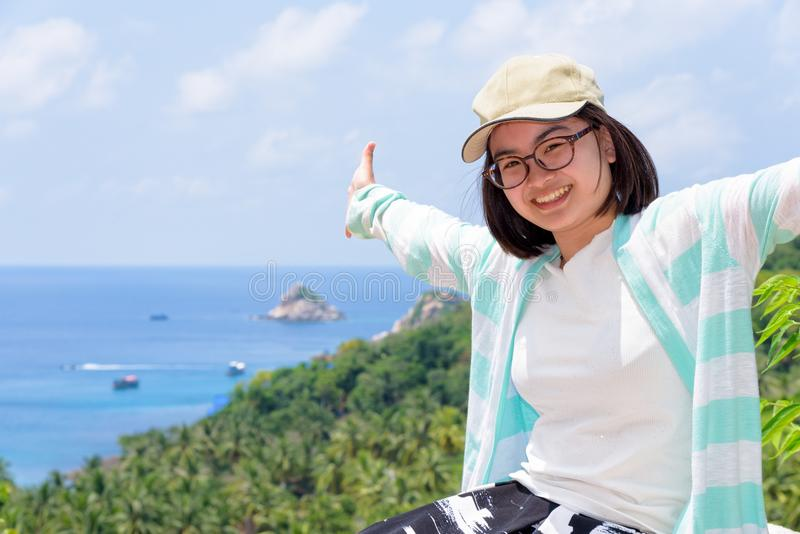 Kvinnaturister fördjupa armarna lyckligt royaltyfri foto