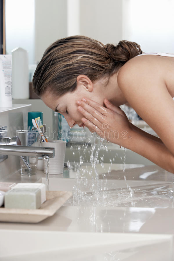 Kvinnatvagningframsida i badrum arkivbilder