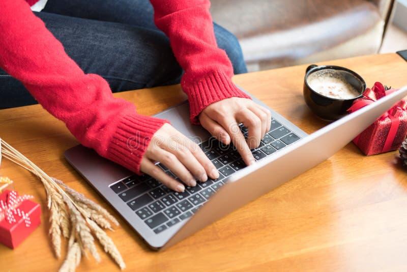Kvinnatyp på bärbara datorn hemma flickabruksdator under xmas Chr royaltyfria bilder