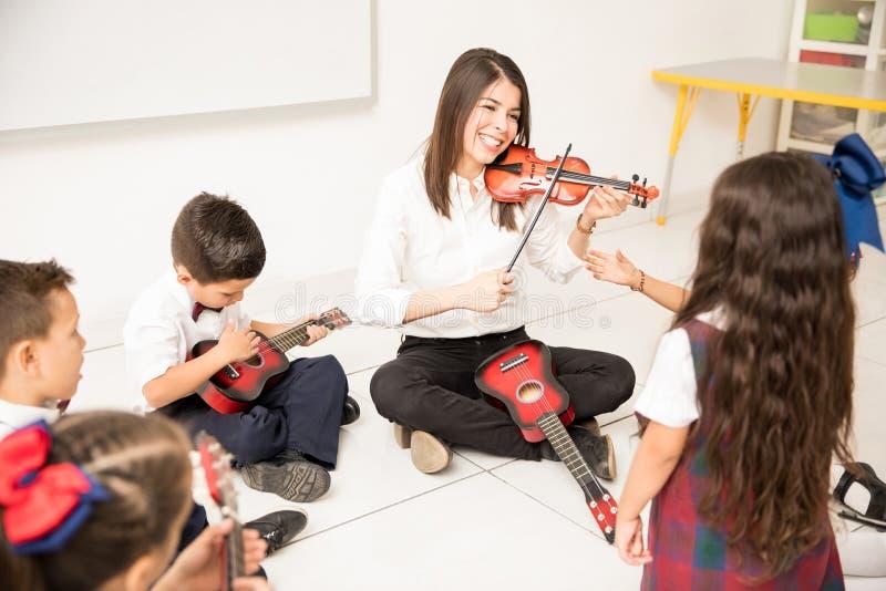 Kvinnaundervisningmusik i förträning fotografering för bildbyråer